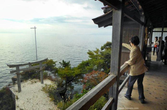 Ritual Kawarake Nage (土器投げ) en el santuario Tsukubusuma de la isla Chikubu (Chikubushima), en el lago Biwa, muy cerca de Kioto