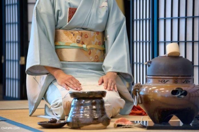 Ceremonia de té tradicional por una maiko en Kioto