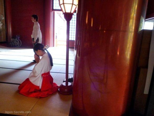 Dewa Sanzan: monte Haguro. Santuario Gosaiden. Miko rezando