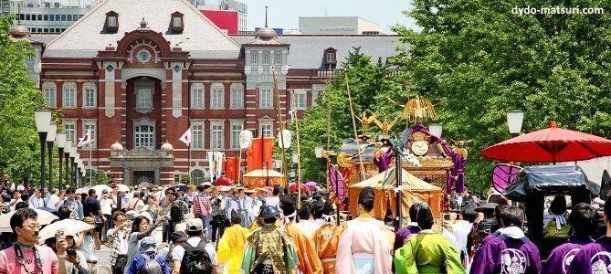 Festivales de Japón: el Sanno Matsuri, celebrado en Tokio a mediados de junio. Procesión Jinkosai pasando por la estación de Tokio