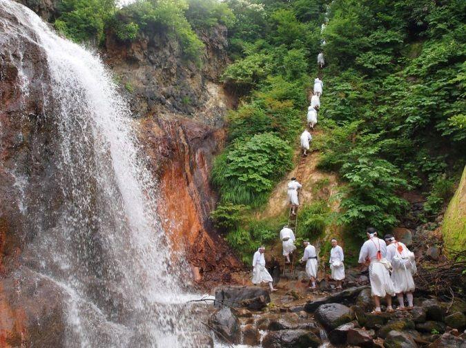 Ruta Dewa Sanzan: monte Yudono o Yudonosan. Monjes ascetas Yamabushi en peregrinación.