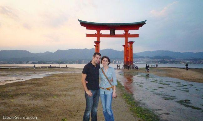 Excursión guiada a la Isla de Miyajima (bahía de Hiroshima). Vista del famoso torii del santuario Itsukushima con la marea baja
