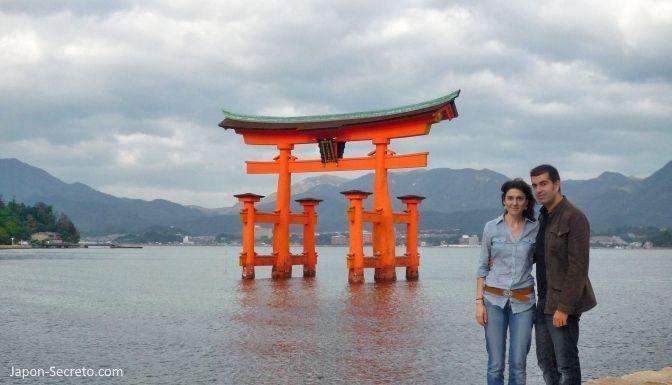 Excursión guiada a la Isla de Miyajima (bahía de Hiroshima). Vista del famoso torii del santuario Itsukushima