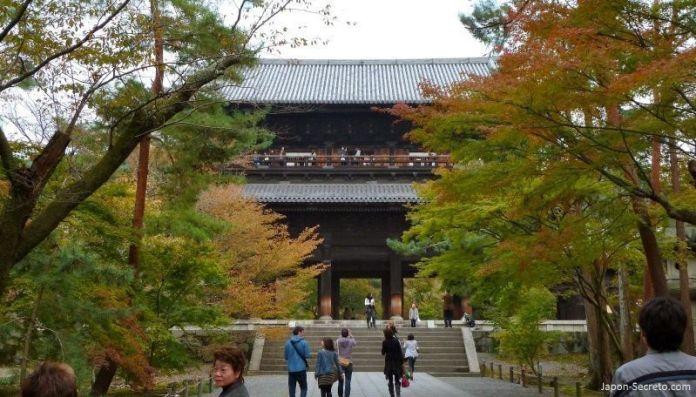 Templo Nanzeji (南禅寺) en Kioto durante el momiji (otoño) en Japón