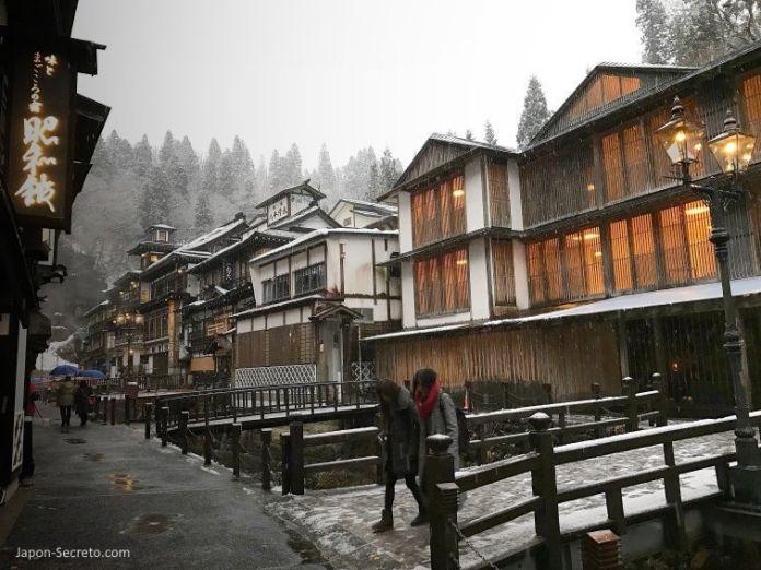 Ryokan Fujiya (旅館藤屋) en Ginzan Onsen (銀山温泉), pueblo balneario en la prefectura de Yamagata (Tohoku, Japón).