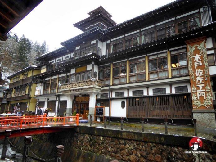 Notoya Ryokan (能登屋旅館) en Ginzan Onsen (銀山温泉), pueblo balneario en la prefectura de Yamagata (Tohoku, Japón).