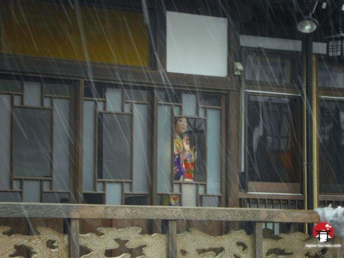 Viaje a Ginzan Onsen (銀山温泉), pueblo balneario en la prefectura de Yamagata (Tohoku, Japón). Vista desde la ventana del ryokan.