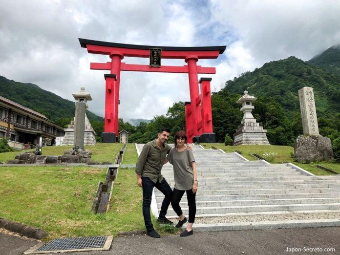 Japón. Ruta de peregrinación Dewa Sanzan. Monte Yudono (Yudonosan). Gran puerta torii de entrada.