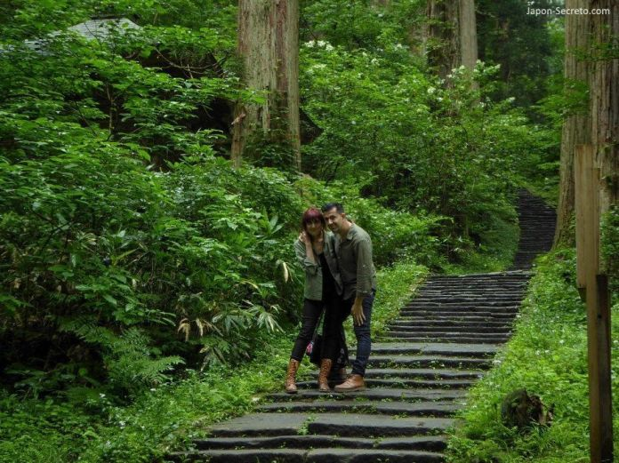 Japón. Ruta de peregrinación Dewa Sanzan. Monte Haguro (Hagurosan). Bosque de arces y sendero de piedra. 2446 escalones. Senderismo. Ruta a pie. Verano