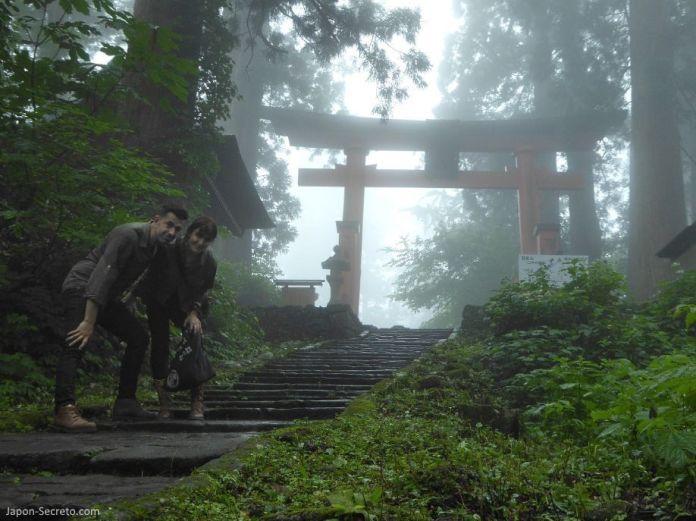Japón. Ruta de peregrinación Dewa Sanzan. Monte Haguro (Hagurosan). Llegando a la cima de los 2446 escalones. Hagurosan Jinja. Senderismo. Ruta a pie