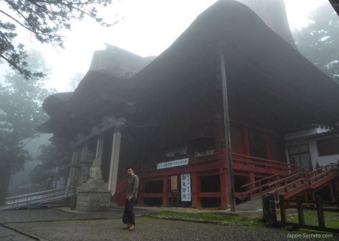 Japón. Ruta de peregrinación Dewa Sanzan. Monte Haguro (Hagurosan). Santuario Sanjin Gosaiden o Sanzan Gosaiden. Ruta a pie
