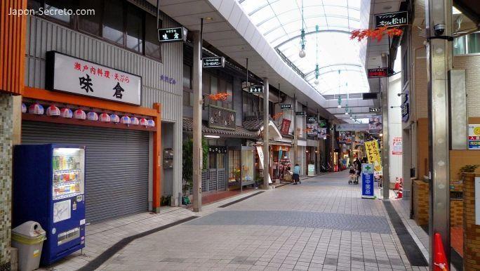 """Viajar a Shikoku. Dogo Onsen (Matsuyama, Ehime). Calle de tiendas (shotengai) """"Dōgo Haikara Dōri"""" (道後ハイカラ通り)"""