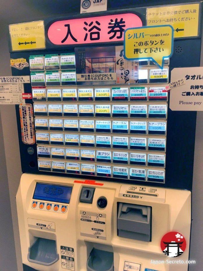 Máquina expendedora de tickets (vending) para baños onsen. Incluyo accesorios como toallas y gomas de pelo.
