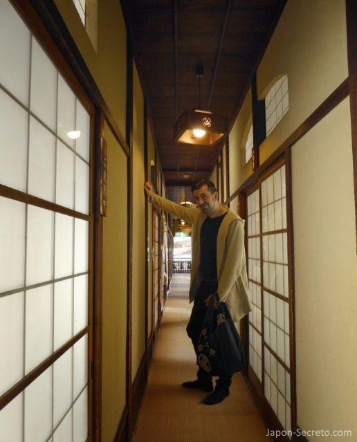 Viajar a Shikoku. Dogo Onsen (Matsuyama, Ehime). Pasillo interior de la casa de baños Dogo Onsen Honkan.