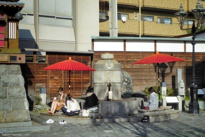 Viajar a Shikoku. Dogo Onsen (Matsuyama, Ehime). Ashiyu (pediluvio) al lado del reloj Botchan Karakuri