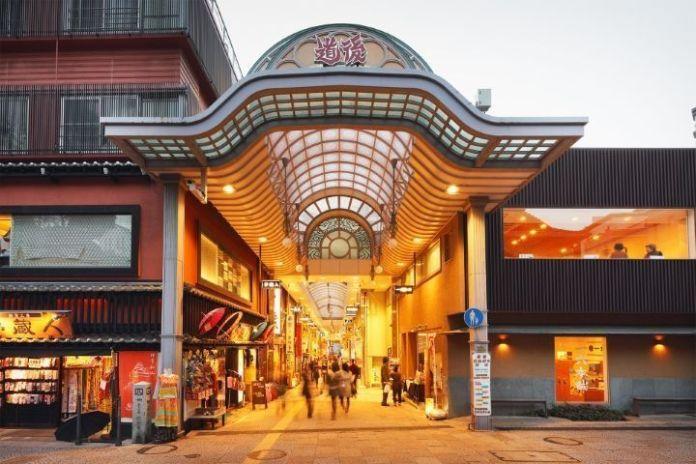 """Viajar a Shikoku. Dogo Onsen (Matsuyama, Ehime). Galería de tiendas (shotengai) """"Dōgo Haikara Dōri"""" (道後ハイカラ通り)"""