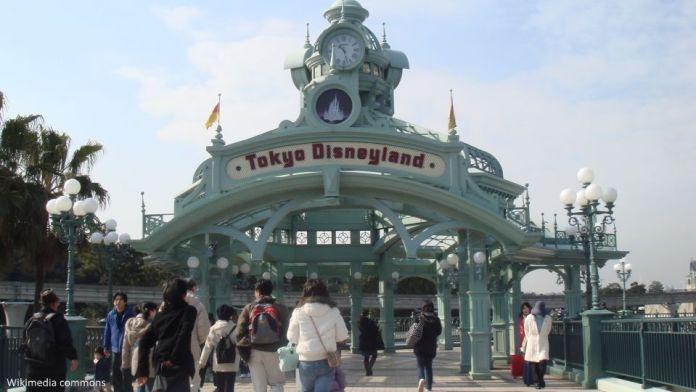 Entrada al parque temático Tokyo Disneyland (Tokio). Foto: Wikimedia Commons
