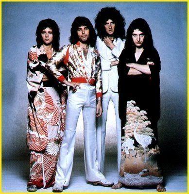Queen. Roger Taylor y John Deacon vestidos con kimono