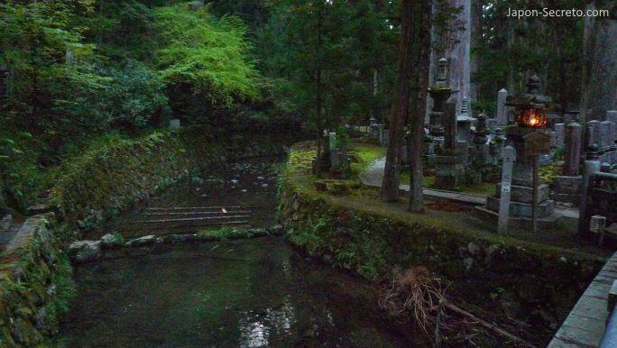Viajar al Monte Koya o Koyasan (Wakayama): cementerio Okunoin. Arroyo Tamagawa desde el puente Gobyōbashi o Gobyōnohashi(御廟橋).