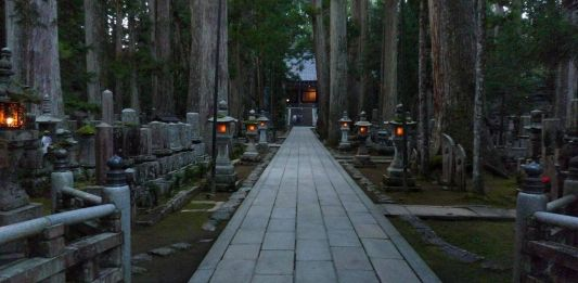 Viajar al Monte Koya o Koyasan: cementerio Okunoin. Camino hacia el Tōrōdō (燈籠堂) o sala de los faroles, el lugar más sagrado