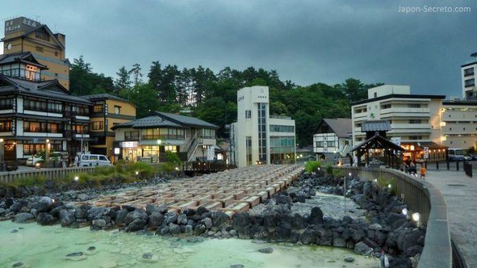 El Yubatake al anochecer. Kusatsu Onsen, el pueblo balneario más famoso e importante de Japón