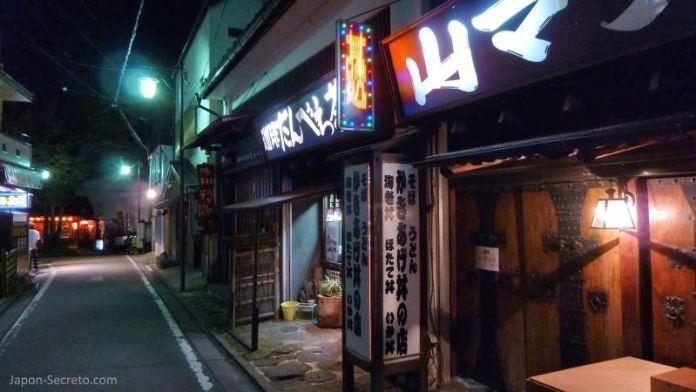 La magia de la noche en Kusatsu Onsen, el pueblo balneario más famoso e importante de Japón, en la prefectura de Gunma. Una perfecta excursión desde Tokio