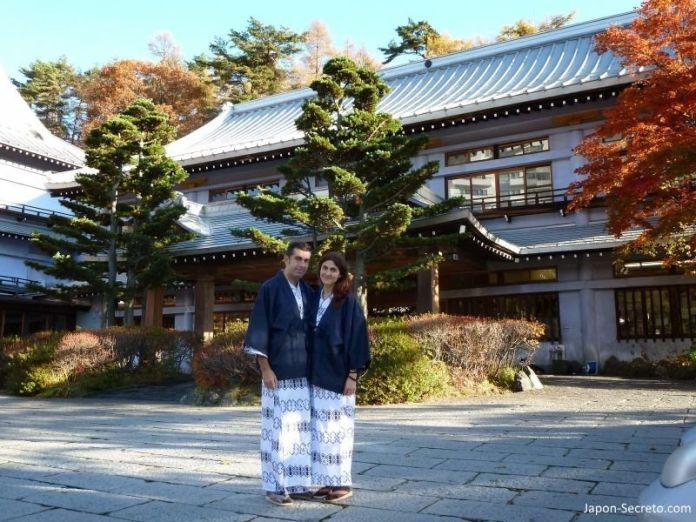 """En el Kusatsu Hotel en otoño, disfrutando de los colores otoñales o """"momiji"""", vestidos con yukata"""