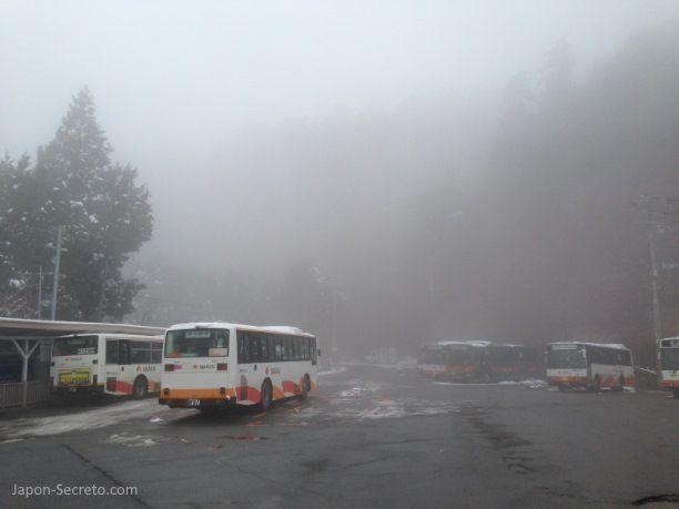 Viaje al Monte Koya o Koyasan: estación de Koyasan. Autobuses Nankai esperando. Niebla.