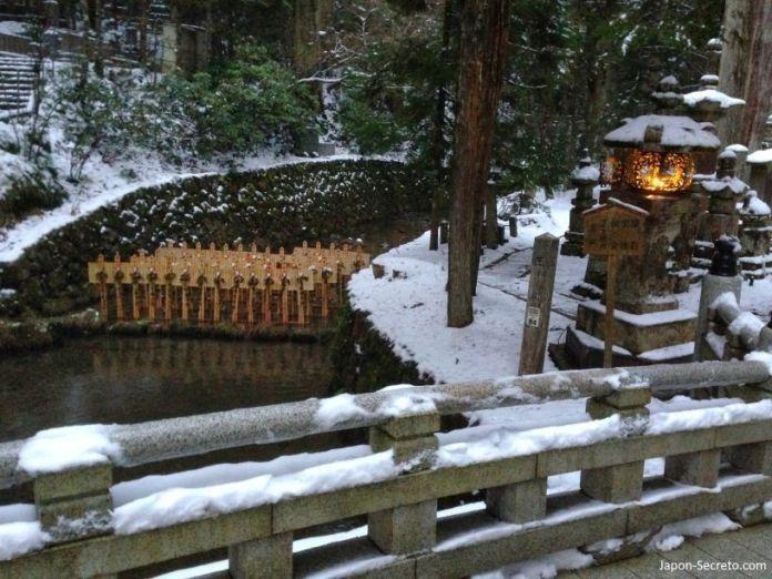 Viajar al Monte Koya o Koyasan (Wakayama): cementerio Okunoin. Arroyo Tamagawa desde el puente Gobyōbashi o Gobyōnohashi(御廟橋). Tablas de madera