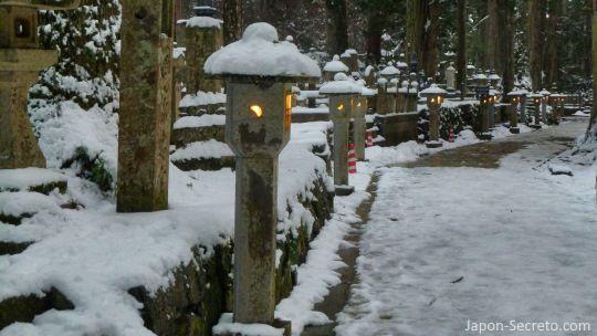 Viajar al Monte Koya o Koyasan (Wakayama): cementerio Okunoin. Faroles de piedra, lápidas y musgo. Nieve resbaladiza