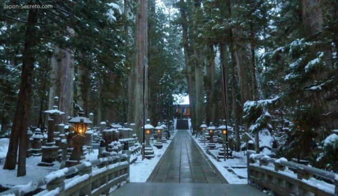 Viajar al Monte Koya o Koyasan: cementerio Okunoin. Camino hacia el Tōrōdō (燈籠堂) o sala de los faroles. Nieve en invierno