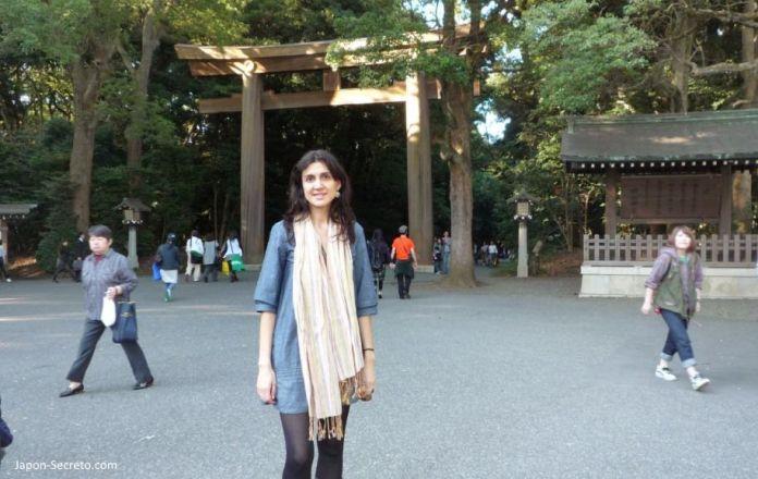 Visitando el santuario Meiji Jingu (明治神宮) en octubre de 2009. Al fondo, el torii gigante