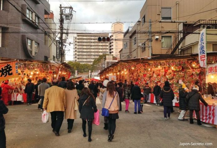 """Puestos de adornos (yatai) en el Festival Tōka Ebisu Taisai (十日えびす大祭) o """"Gran Festival del décimo día de Ebisu"""" en enero en el santuario Imamiya Ebisu de Ōsaka (今宮戎神社)"""