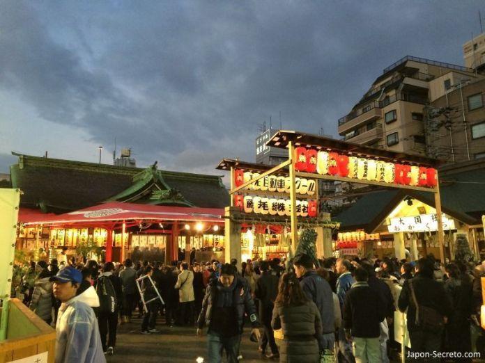 """Ambiente al anochecer en el festival Tōka Ebisu Taisai (十日えびす大祭) o """"Gran Festival del décimo día de Ebisu"""" en enero en el santuario Imamiya Ebisu de Ōsaka (今宮戎神社)"""
