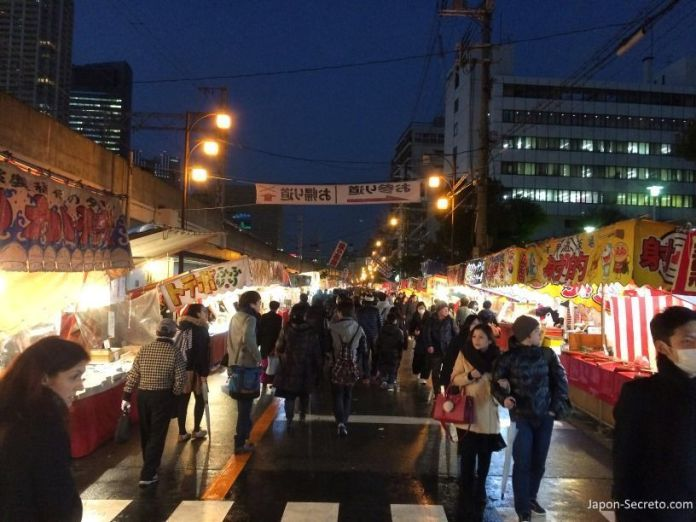 """Fila de puestos callejeros o """"yatai"""". Festival Tōka Ebisu Taisai (十日えびす大祭) o """"Gran Festival del décimo día de Ebisu"""" en enero en el santuario Imamiya Ebisu de Ōsaka (今宮戎神社)"""