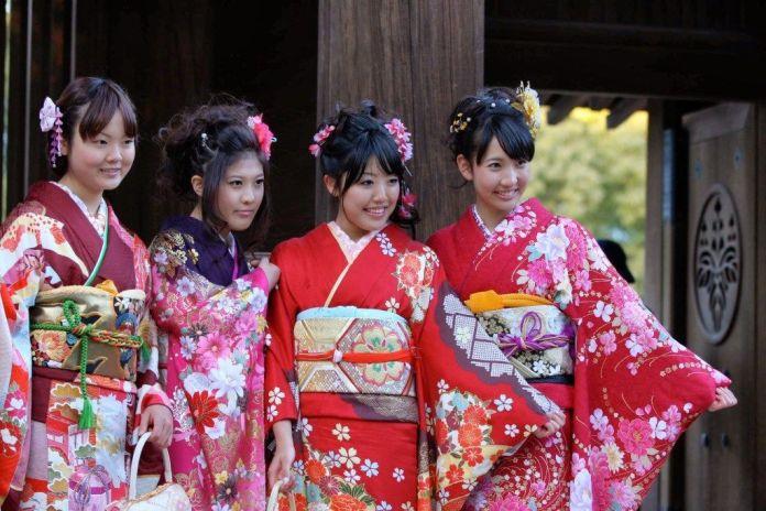 """Chicas vestidas con kimono furisode. Día de la Mayoría de Edad (成人の日, """"Seijin No Hi"""")."""