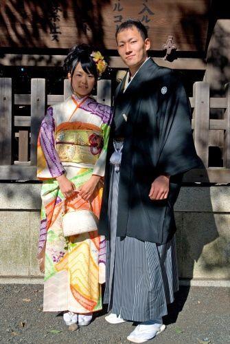 """Pareja posando en Meiji Jingu en 2011. Día de la Mayoría de Edad (成人の日, """"Seijin No Hi"""")."""