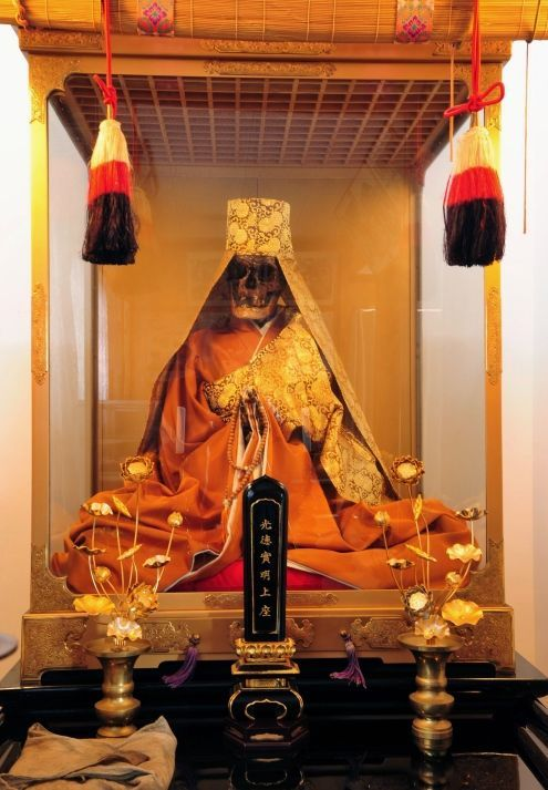Komyo Shōnin, momia japonesa Sokushinbutsu consagrada en el templo Zokoin (Shirataka, Yamagata)