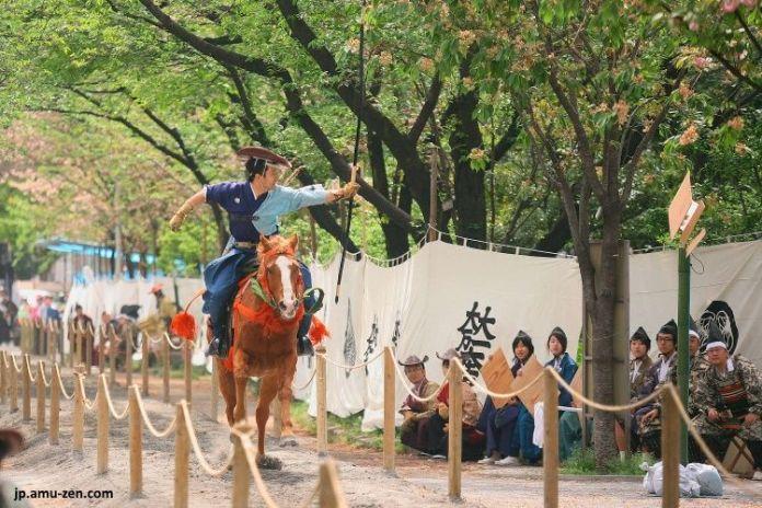 Festivales de Japón: Asakusa Yabusame (浅草流鏑馬) en el parque Sumida en abril en Tokio