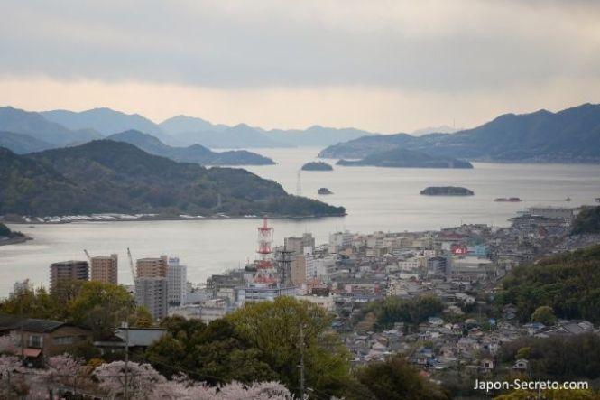 Vistas de las islas del mar interior de Seto desde Onomichi. En bicicleta por Japón: ruta Shimanami Kaido