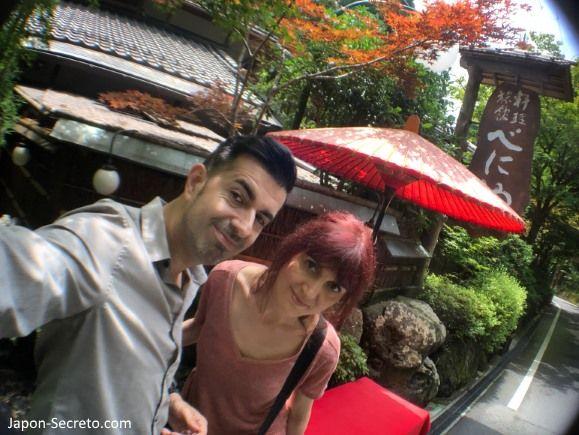 """Restaurante Beniya, famoso por su comida sobre el río o """"Kawadoko"""". Kibune (Kioto) en verano."""
