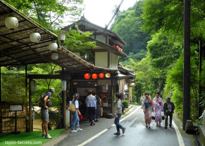 Excursión a Kibune (Kioto) en verano. Chicas en kimono.
