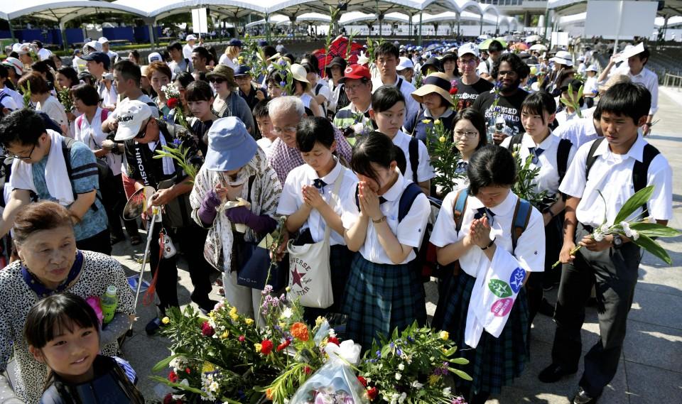 CASA IMPERIAL DE JAPÓN - Página 24 Personas-rezando-en-Hiroshima-73-aniversario