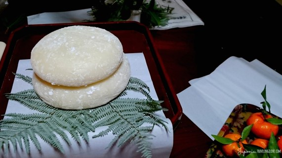 Wielkie kagami-mochi na podwójnym liściu paproci