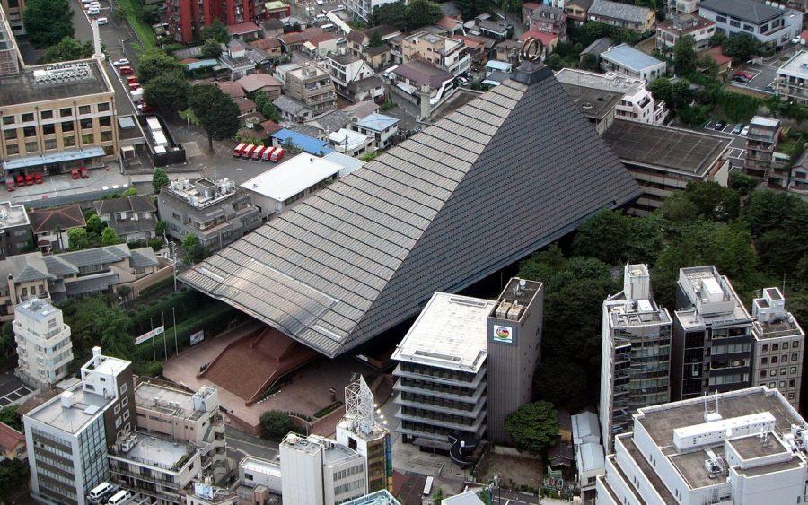 Główna świątynia Reiyukai (霊友会) widziana z Wieży Tokijskiej. Autor: Chris 73. Licencja CC by-sa 3.0