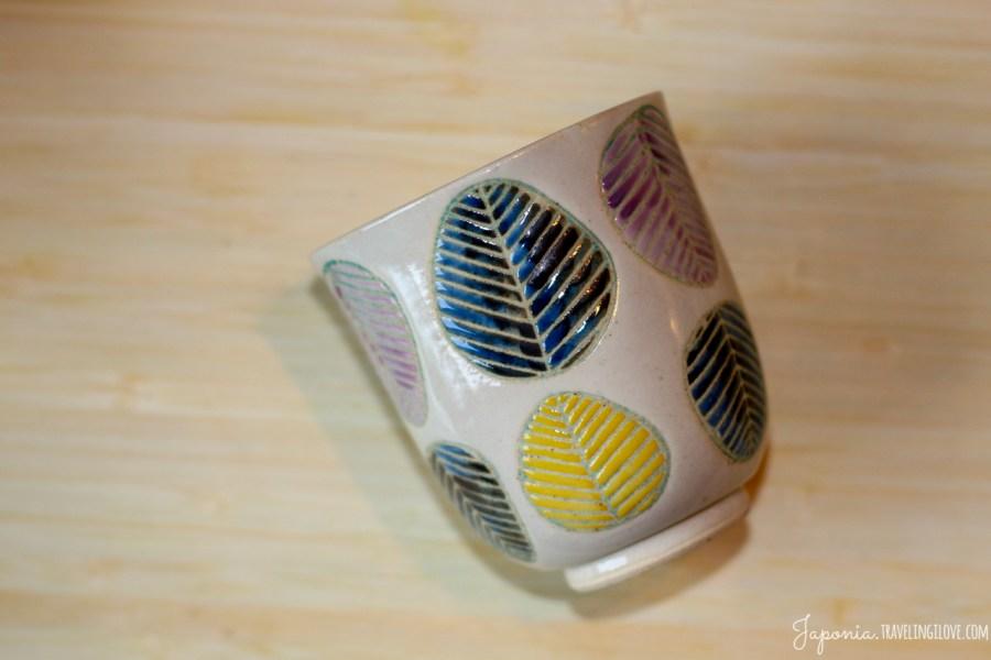 Japońska ceramika - czarka w liście, motyw roślinny