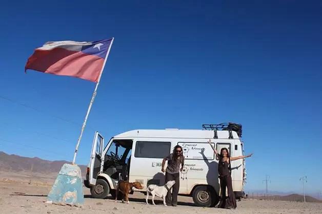 Casal sai em expedição pela América do Sul e leva cães de estimação na bagagem
