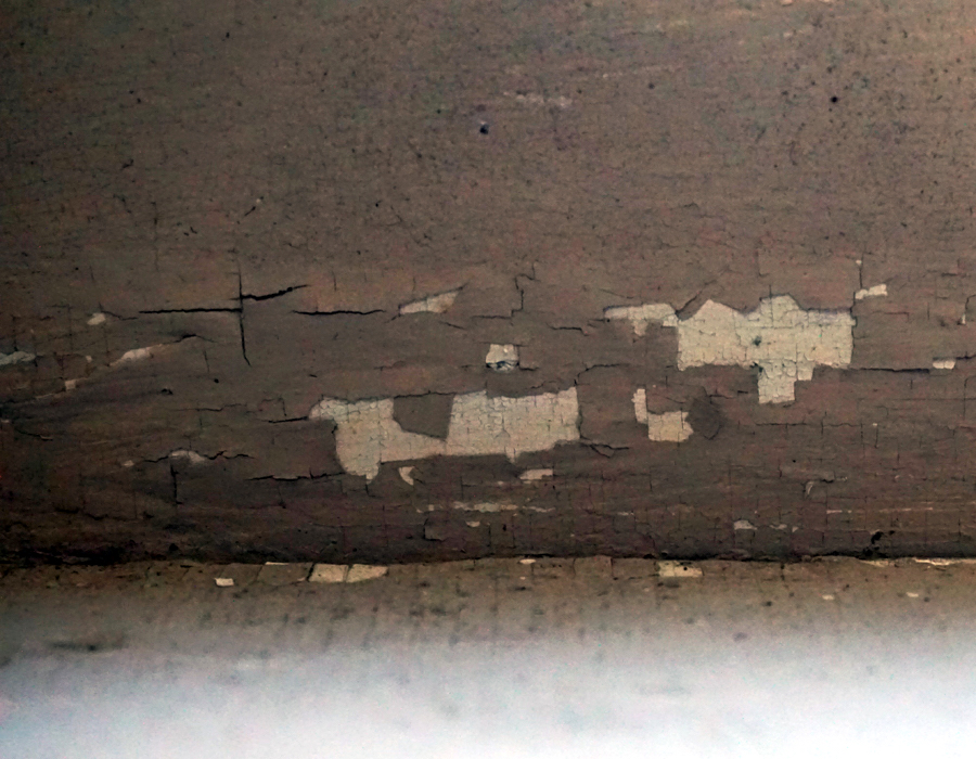 Mur dont la peinture s'écaille.