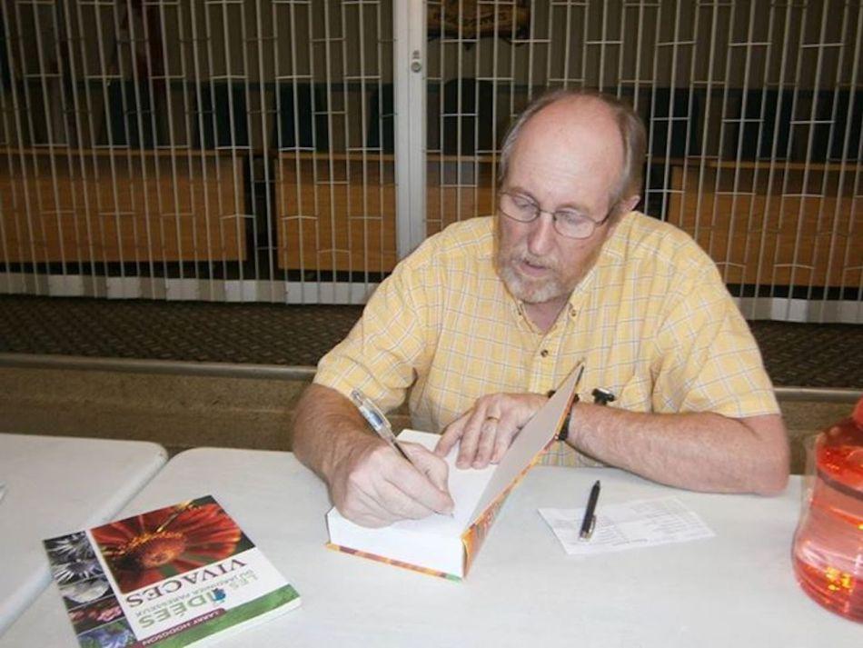 Larry Hodgson qui signe un livre.