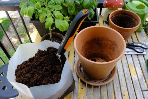 Terreau d'empotage Coco Terro sur un balcon avec autres pots.